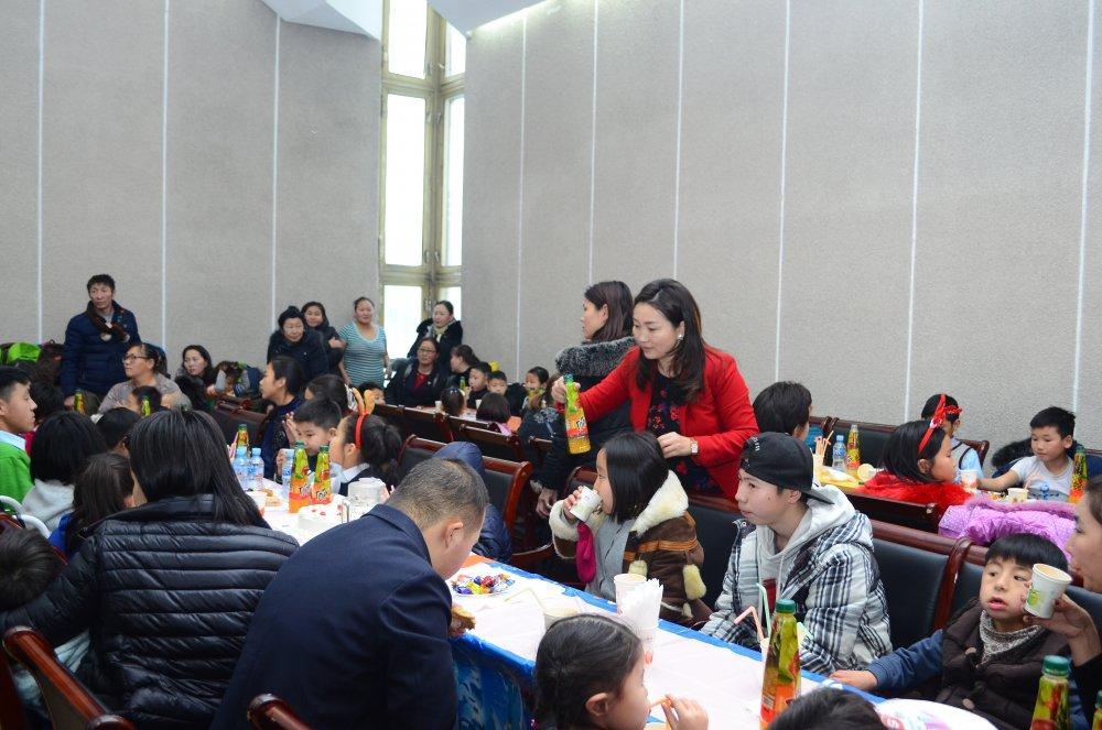 16bcn5oep7 Хөгжлийн бэрхшээлтэй хүүхдүүдийн ХҮСЛИЙГ биелүүлсэн шинэ жил