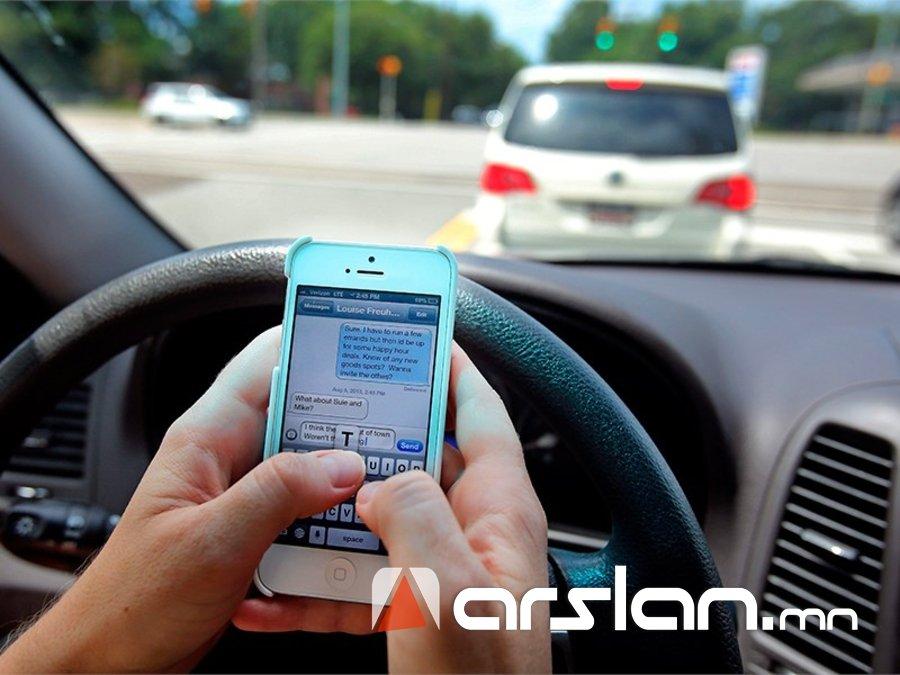 Жолооны ард гар утас ашиглавал машин жолоодох эрхийг нь хасна