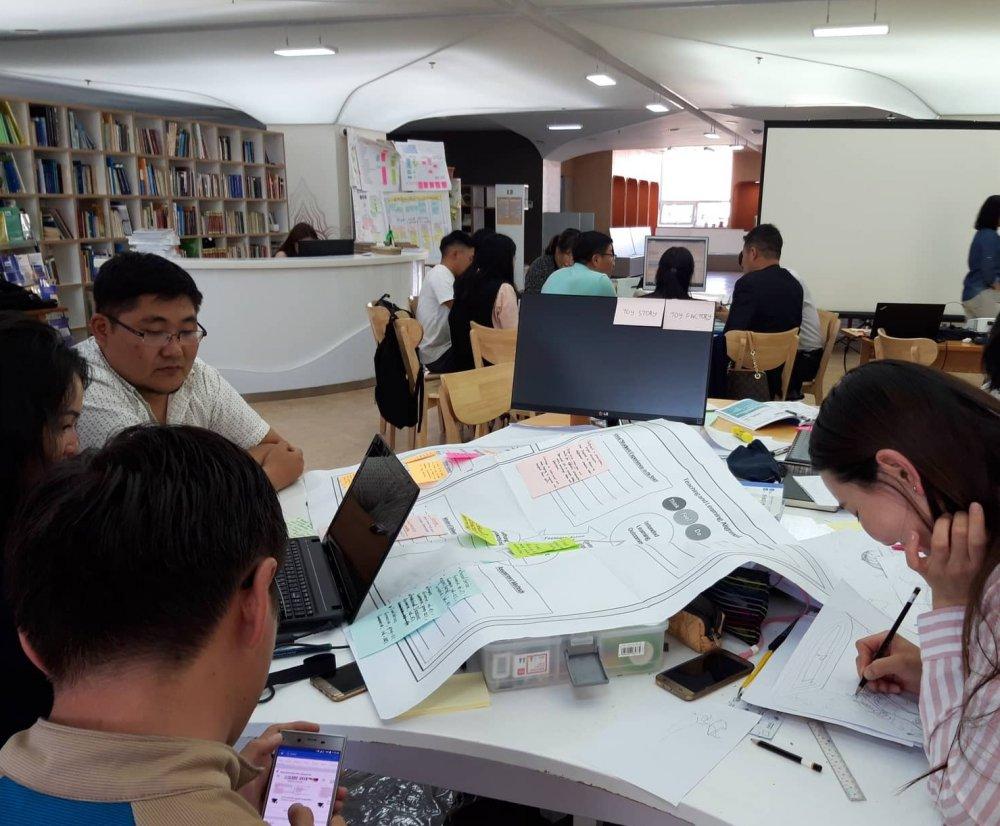 Багш, оюутнуудад инженерийн боловсролын шинэчлэлийн сургалт өгч байна