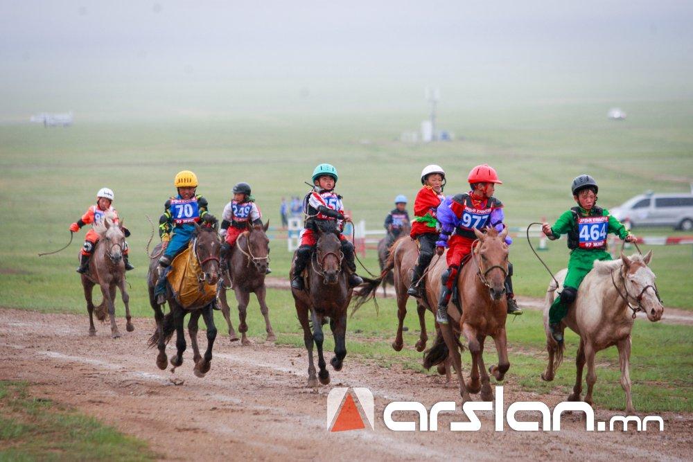ФОТО:  Хурдан морины уралдаан хязаалангаар эхэллээ