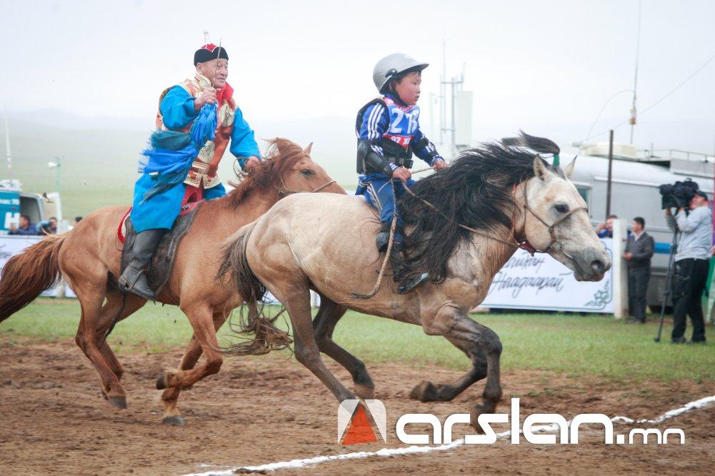 ФОТО: Төв аймгийн Угтаалцайдам сумын харьяат Б.Баттөрийн халиун азарга түрүү магнайд хурдаллаа
