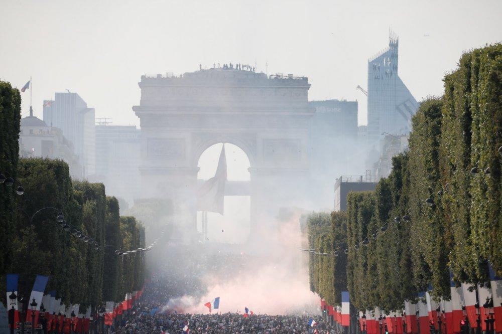Франц улсад баярын жагсаалын үеэр үймээн самуун  ДЭГДЭЭЖЭЭ