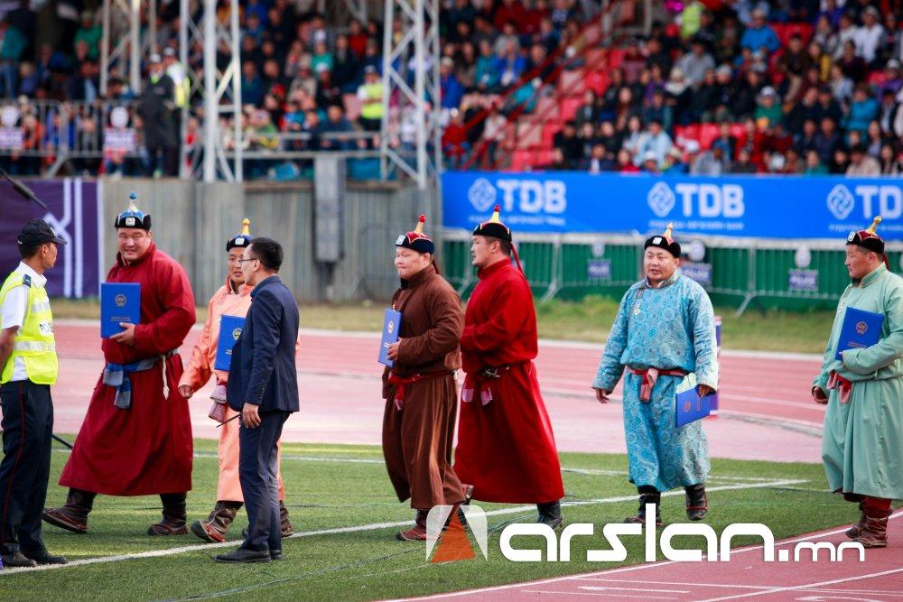 ФОТО: Ерөнхийлөгчийн зарлигаар Монгол Улсын НАЧИН, ХАРЦАГА цол олголоо