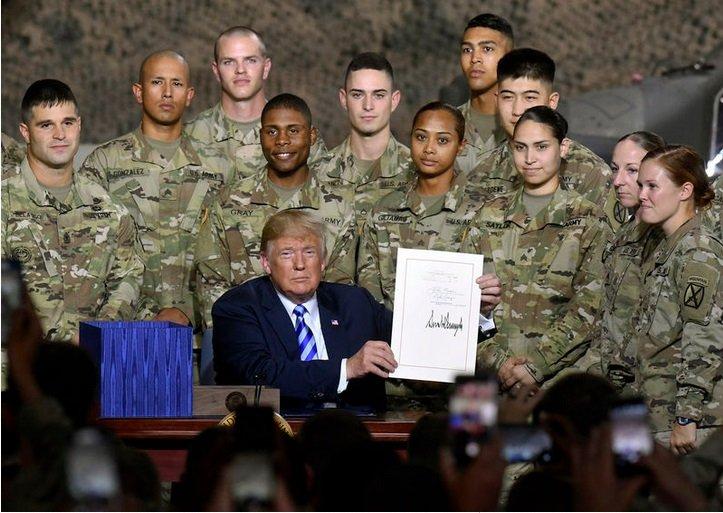 Д.Трамп 2019 оны  батлан хамгаалахын төсөвт гарын үсэг зуржээ