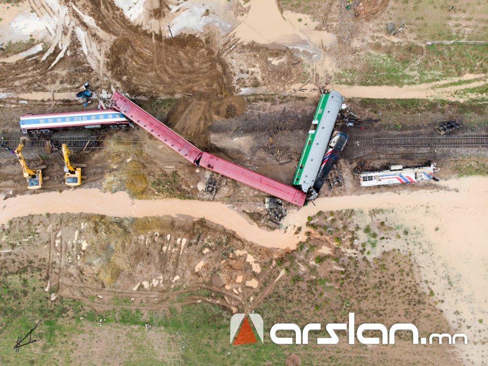 ФОТО: Суудлын галт тэрэгний осол болсон газар дээрээс...
