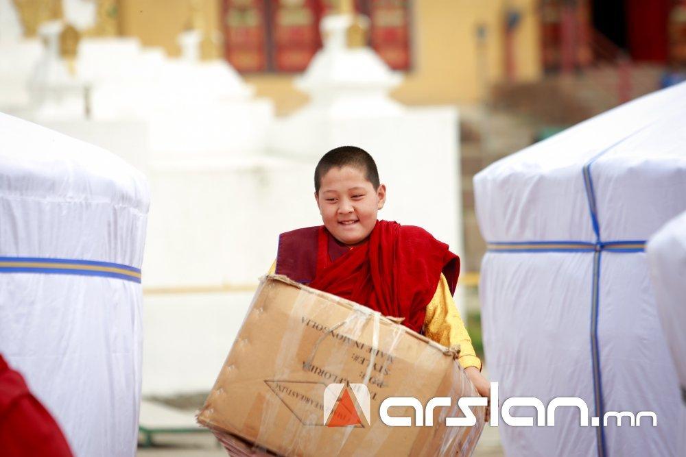 ФОТО: Гандантэгчэнлин хийдээс Баян-Өлгий аймгийн гамшигт нэрвэгдсэн иргэдэд  тусламж үзүүллээ