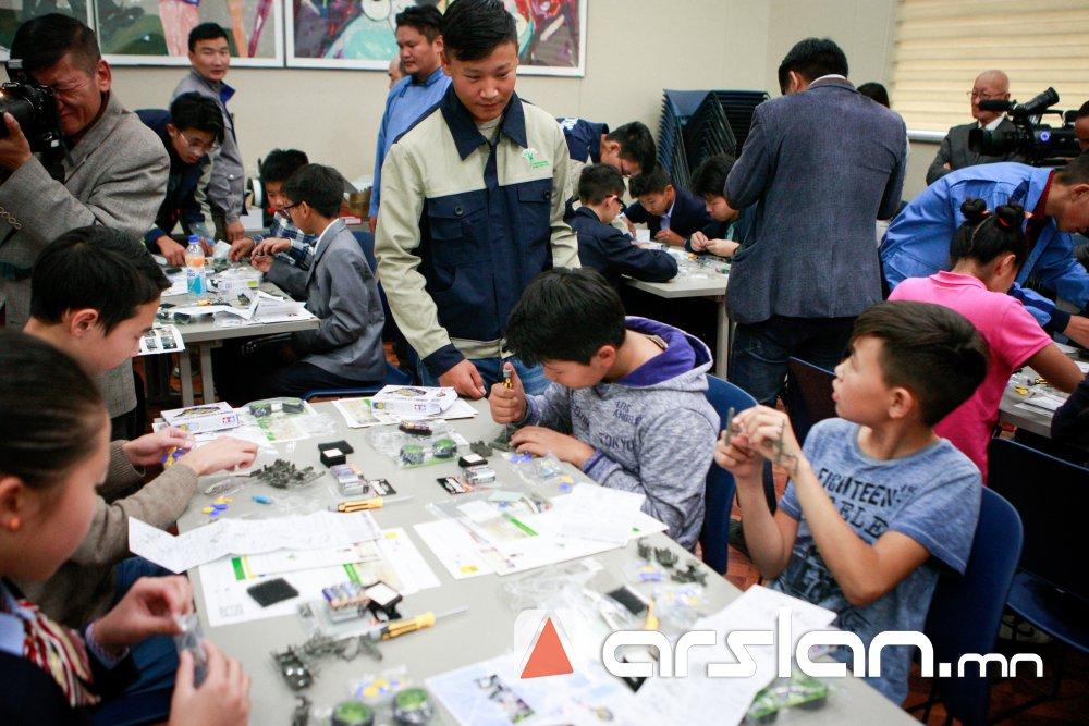 ФОТО: Хүүхдүүд анхны роботоо угсарч бэлэг болгон авав