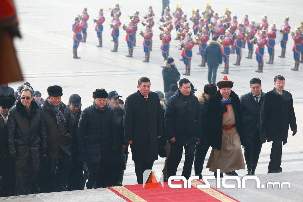 ФОТО: Их эзэн Чингис хааны хөшөөнд хүндэтгэл үзүүлж, жанжин Д.Сүхбаатарын хөшөөнд цэцэг өргөв