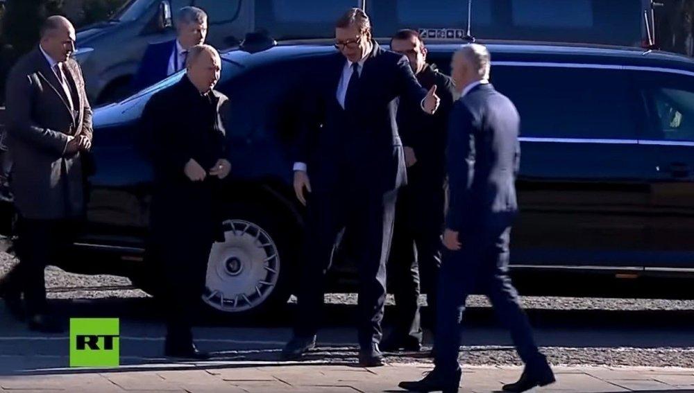 Сербид айлчилж байгаа Путин тус улсын ерөнхийлөгчийг Аурус лимузиндаа суулган дагуулж явжээ