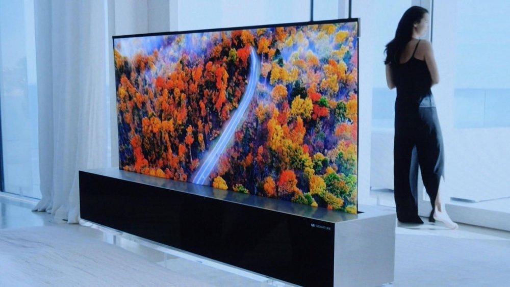 LG компани хуйлагддаг 65 инчийн телевизээ танилцууллаа