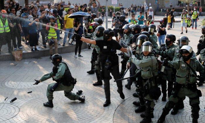 ХОНГКОНГ: Цагдаа нар жагсагчдын эсрэг нулимс асгаруулагч ашиглажээ