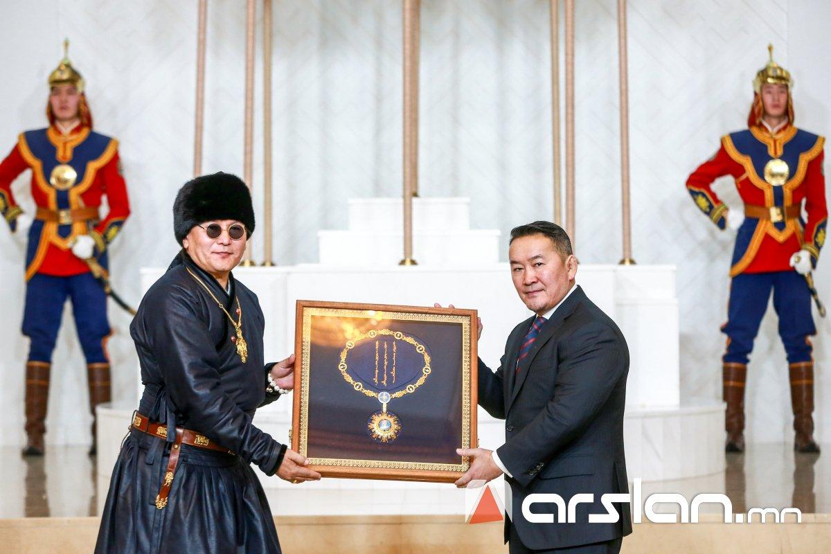 """ФОТО: Төрийн тэргүүн зэргийн """"Чингис хаан"""" одонг The Hu хамтлагт гардууллаа"""