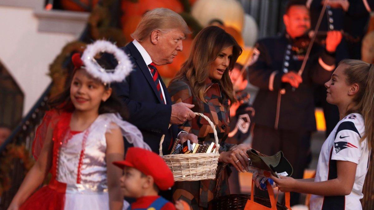 ФОТО: Д.Трамп хүүхдүүдэд  Халлоуиний баярын бэлгээ тараажээ