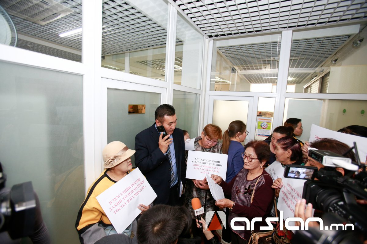 ФОТО:Нэхмэлийн шарын оршин суугчид нийслэлийн удирдлагуудад ШААРДЛАГА хүргэлээ