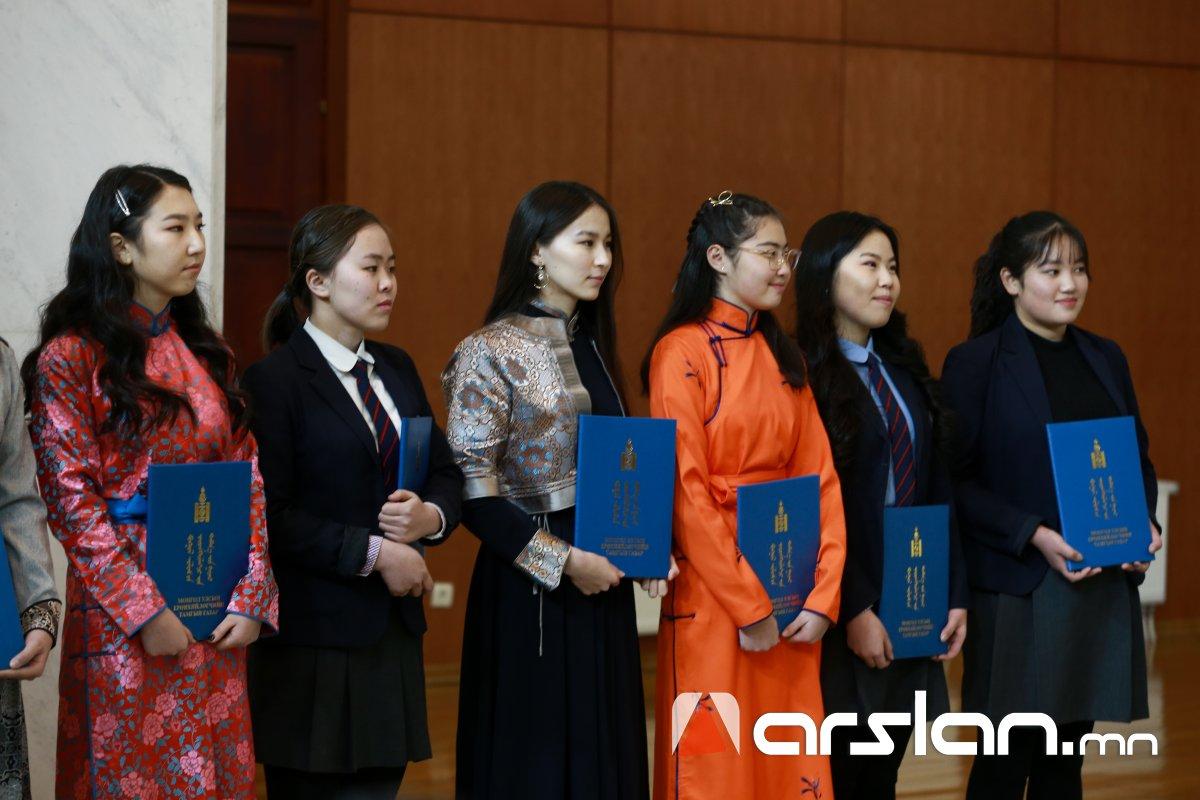 """ФОТО: """"Монголын түүх-Монгол бахархал"""" эсээ бичлэгийн уралдаанд тэргүүлсэн сурагчдад шагнал гардуулав"""