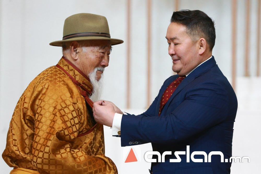 ФОТО:Сар шинийн баярыг тохиолдуулан төрийн дээд цол, одон медаль гардууллаа