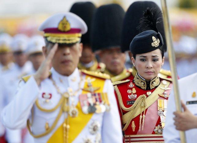 Тайландын хаан өөрийн хамгаалалтын албаны даргатай гэрлэжээ