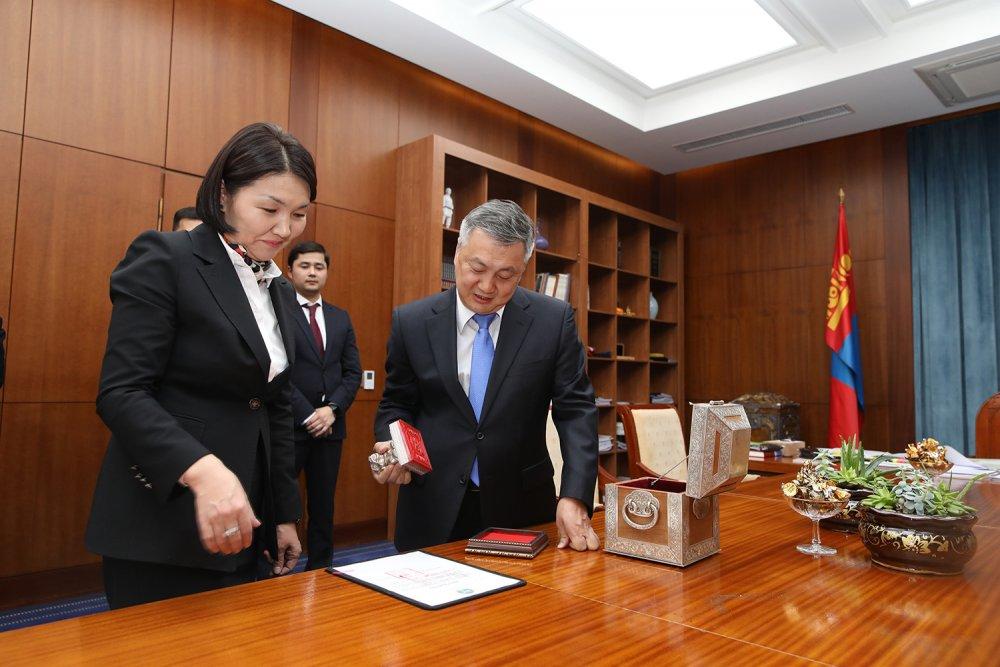 2018 онд батлагдсан Монгол Улсын хуулиуд дээр Төрийн тамга дарлаа
