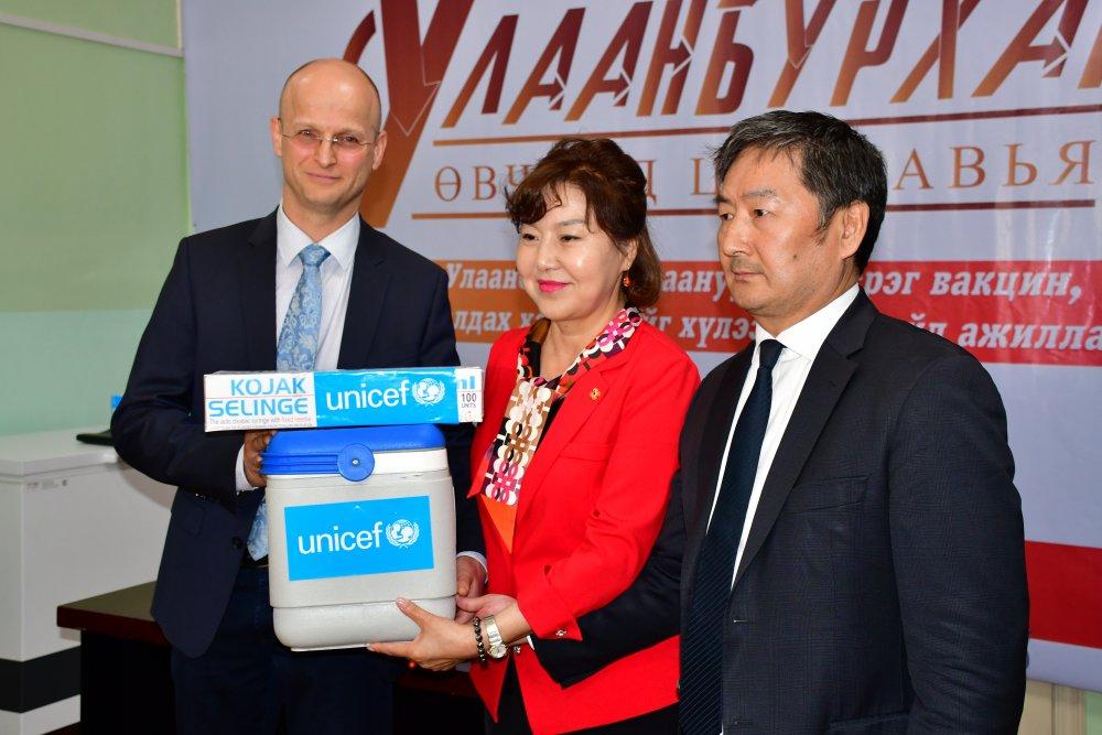 Улаанбурхан, улаанууд өвчний эсрэг вакцин гардуулав
