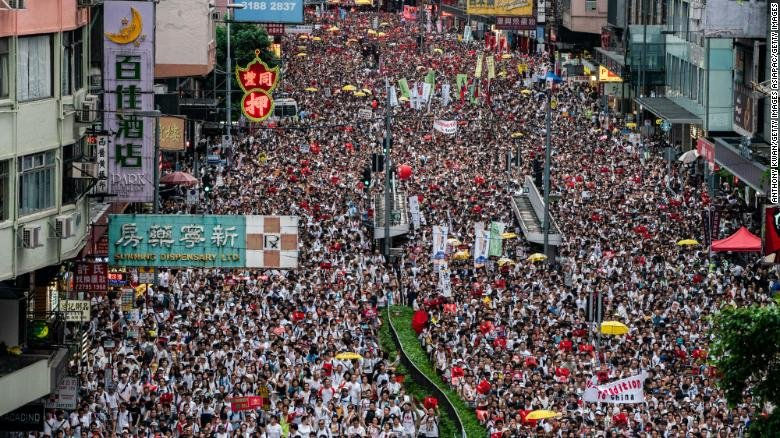 ФОТО: Cэжигтэн шилжүүлэх тухай хуулийг эсэргүүцэн Хонгконгт нэг сая хүн жагслаа