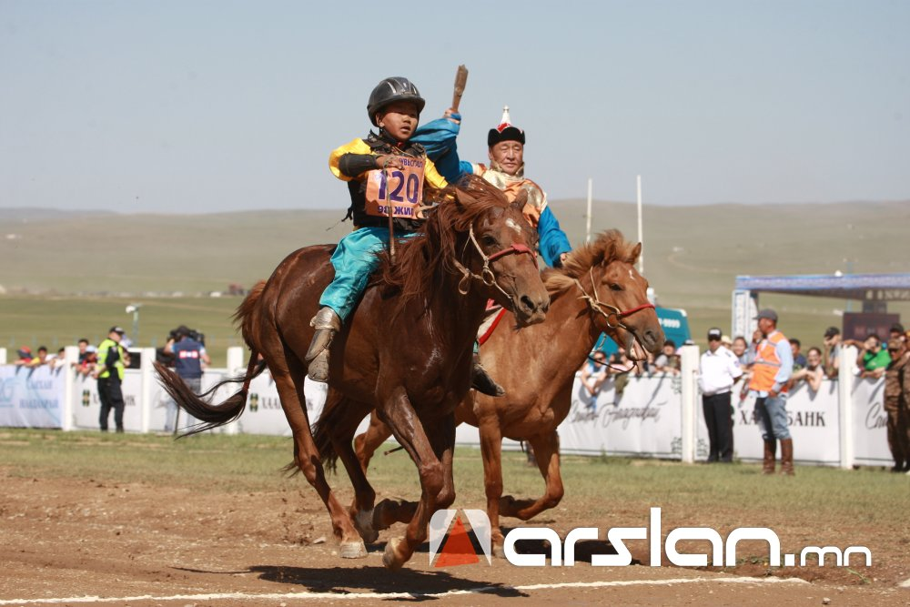 СОЁОЛОН: Сэлэнгэ аймгийн Мандал сумын харьяат Д.Очирсүрэнгийн зээрд үрээ түрүү магнайд хурдаллаа