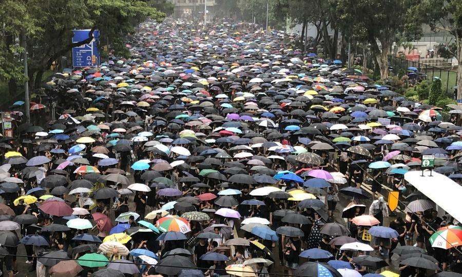 """ХОНКОНГ: """"Хонконгийг чөлөөл""""  тайван жагсаалд 1.7 сая хүн оролцжээ"""