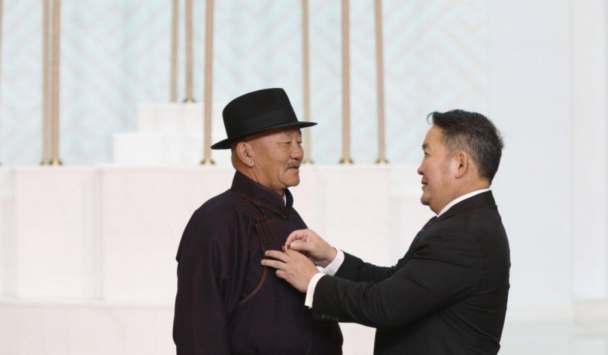 """""""Ялалт"""" музейн захирал Л.Мягмарсүрэнд Монгол Улсын Гавьяат цол хүртээв"""