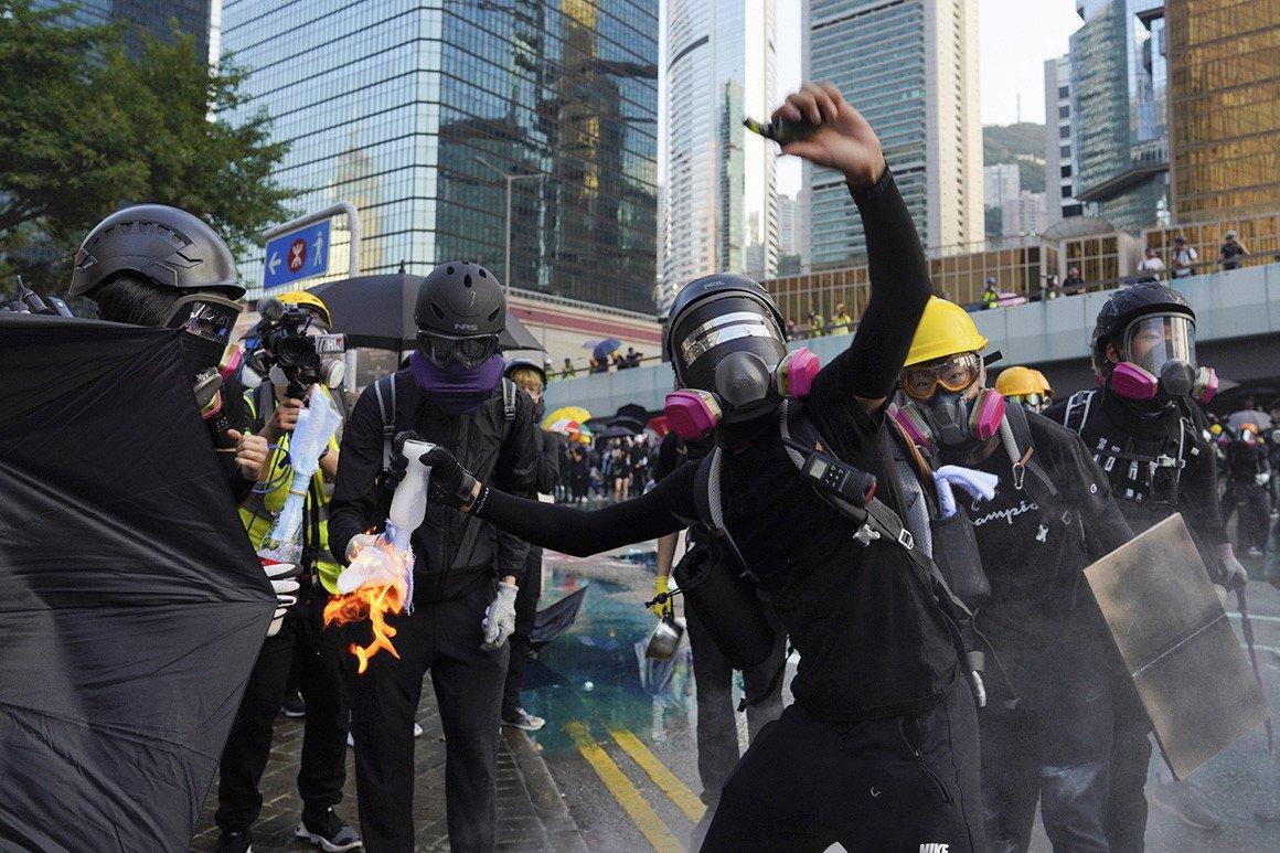 Хонгконгийн жагсагчид  Засгийн газрын байр руу шатахуунтай тэсрэх бөмбөг шиджээ
