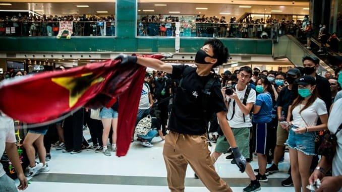 ФОТО: Хонгконгийн жагсагчид  Хятадын төрийн далбааг шатаажээ