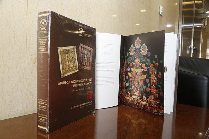 """""""Монгол Улсын хосгүй үнэт үзмэрийн дээжис"""" каталогийг хэвлүүллээ"""