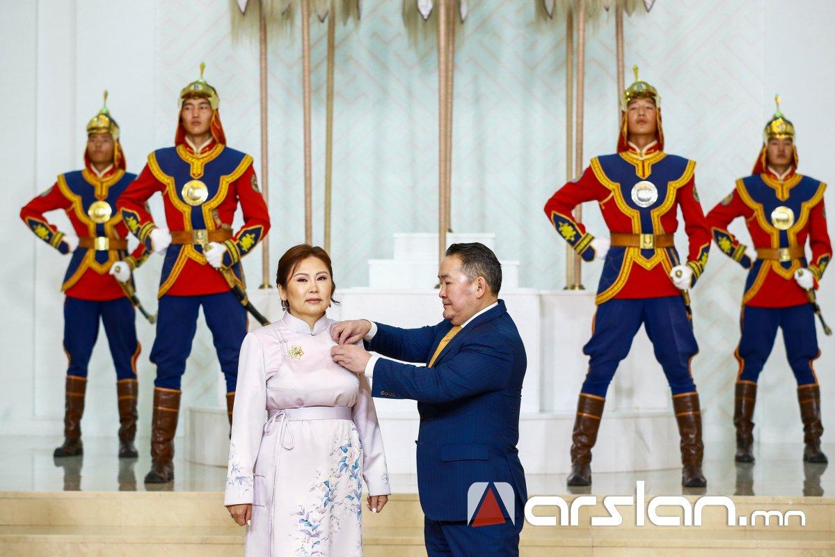 """ФОТО: Хан-Уул, Налайх, Багануур, Багахангай дүүргийн 837 ээжид """"Эхийн алдар"""" одон гардууллаа"""
