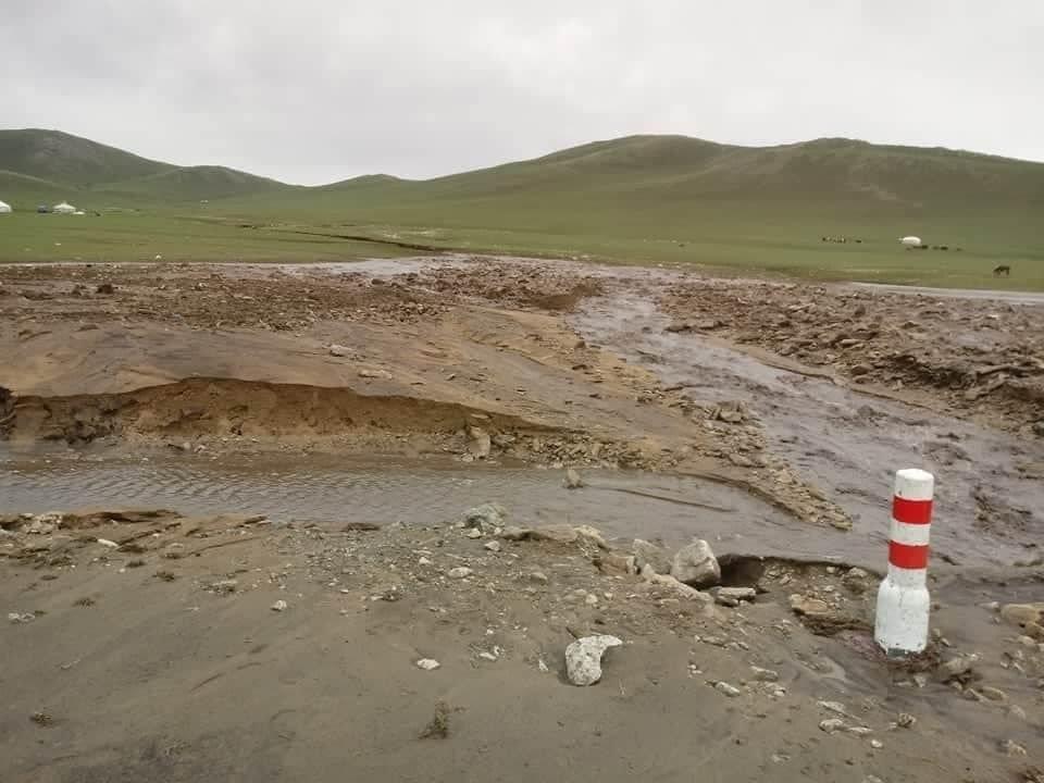 Өвөрхангай аймгийн Хужирт сумын Шунхлай уулын арын зам эвдэрчээ