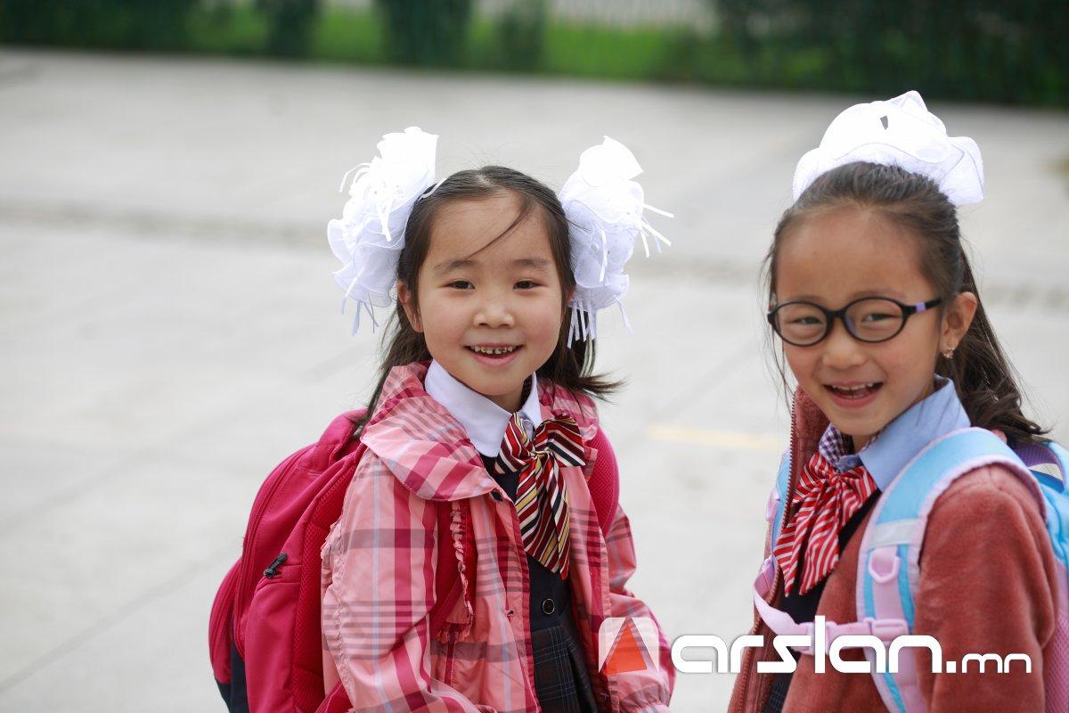ФОТО: Багшдаа өгөх цэцгээ барьсан багачуудын ХИЧЭЭЛИЙН ШИНЭ ЖИЛ