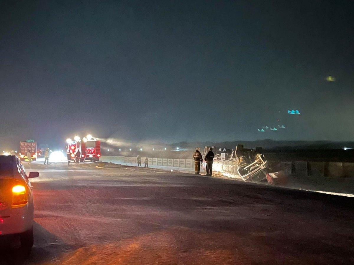 Хан-Уул дүүрэгт том оврын авто машин замын хажуу руу унаж, гурван тонн түлш асгарчээ