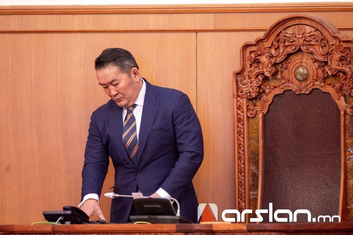 Ерөнхийлөгч Х.Баттулга ёсчлон баталсан Үндсэн хуульдаа тэрслэх болжээ