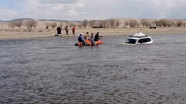 Автомашинтайгаа усанд осолдсон 21 настай эрэгтэй, 2 сартай хүүхдийг аварчээ