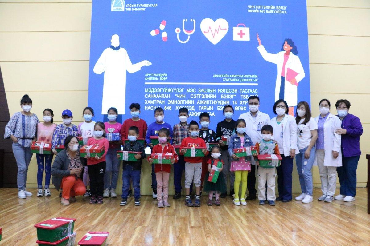 УГТЭ: Эмнэлгийн ажилчдын хүүхдүүдэд гарын бэлэг гардуулав