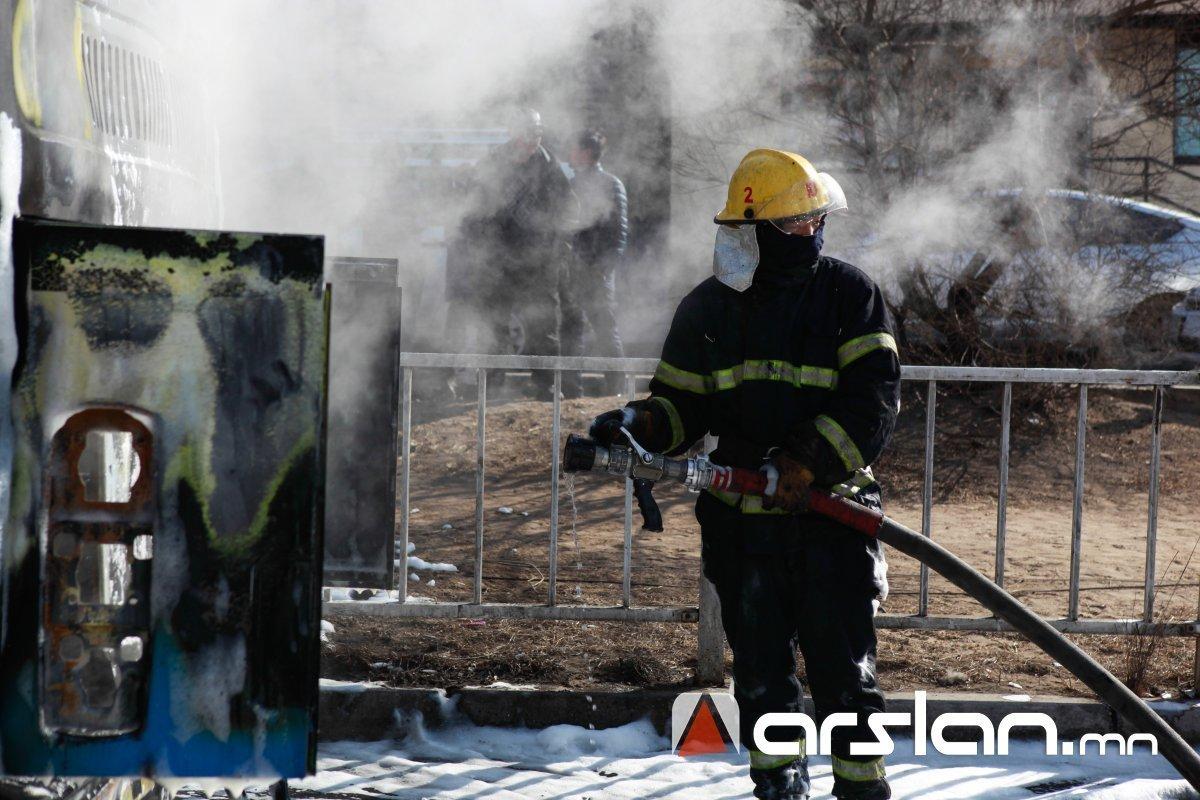 Хүнс, эмнэлэгийн хэрэгсэл ачиж явсан автобус Говь-Алтай аймагт шатжээ