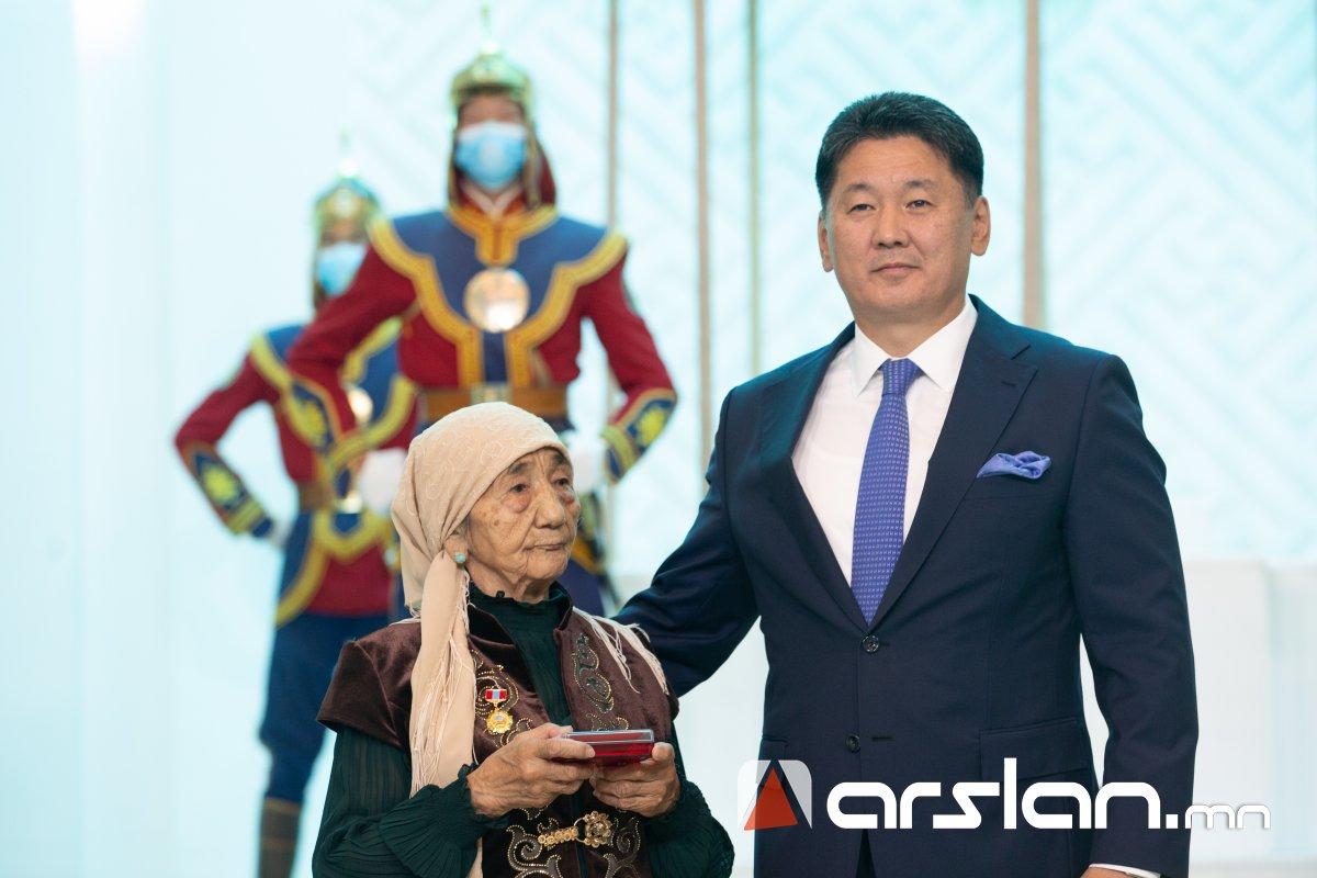 Баян-Өлгийн ахмад багш Х.Хатирад Гавьяат багш цол хүртээлээ