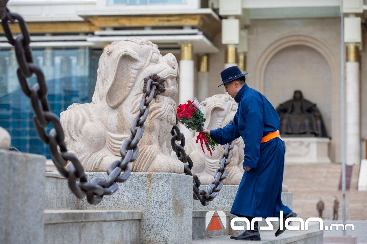 Ерөнхийлөгч тангараг өргөхөөсөө өмнө Чингис хааны хөшөөнд хүндэтгэл үзүүлнэ