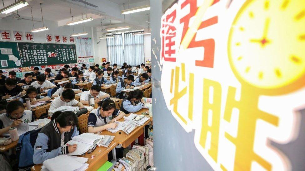 БНХАУ: Ши Жиньпиний ҮЗЭЛ СУРТЛЫГ сургалтын хөтөлбөрт оруулна