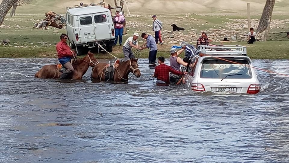 Автомашинтайгаа усанд суусан найман иргэний амийг аварчээ