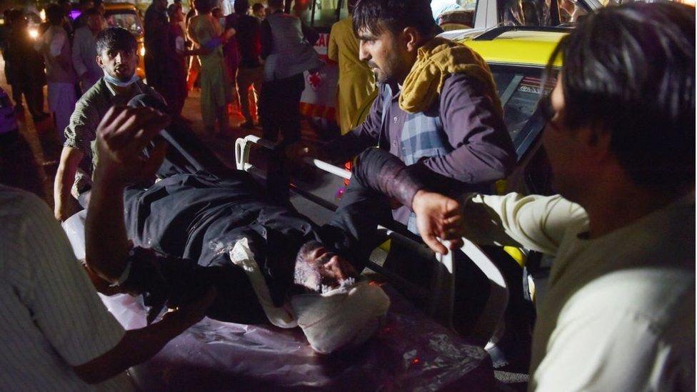 АФГАНИСТАН: Онгоцны буудалд дэлбэрэлт болж 90 хүн амь эрсэджээ