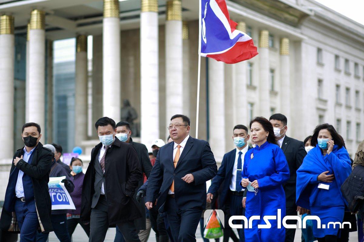 """ФОТО: """"Ардчилсан Монгол"""" уриатай АН-аас нэр дэвшигч С.Эрдэнэ үнэмлэхээ гардан авлаа"""
