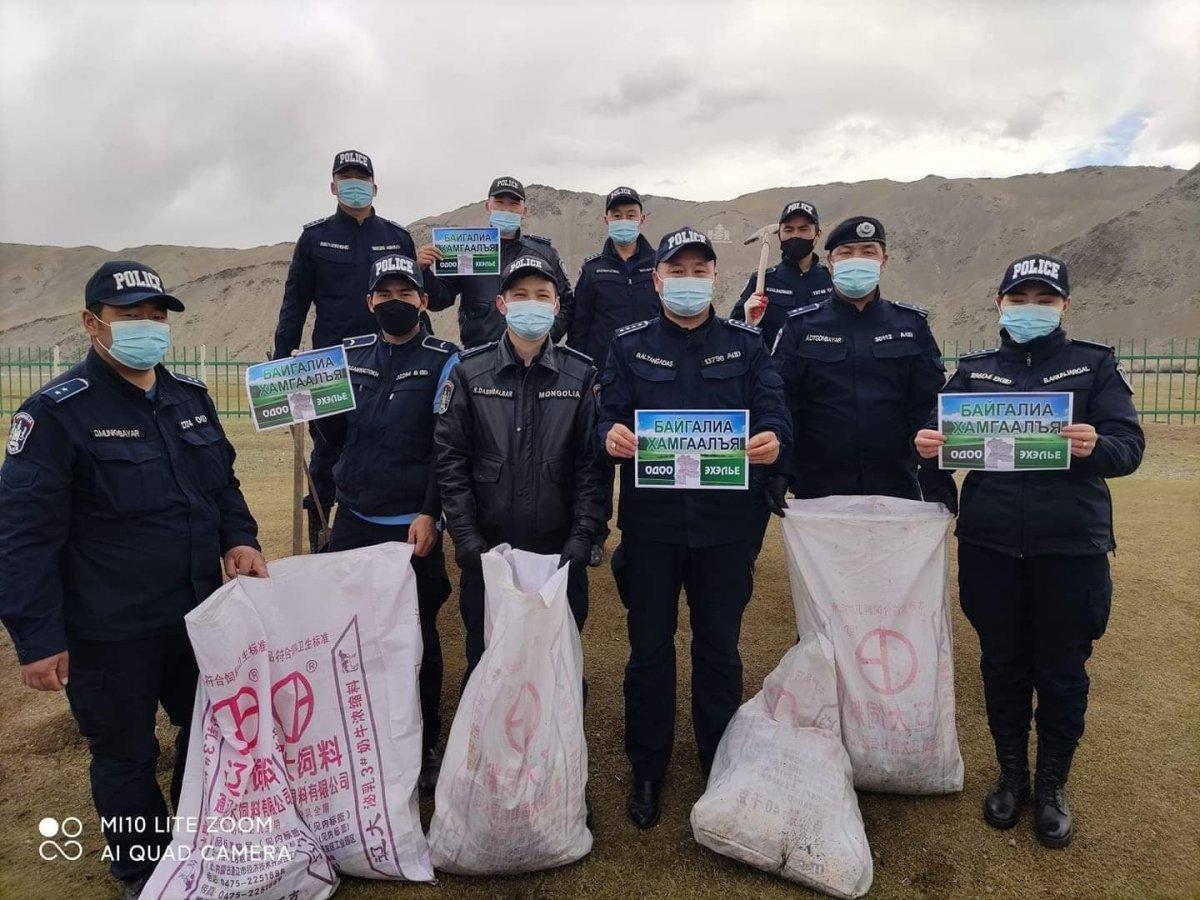 """Баянхонгор аймгийн Цагдаагийн газраас нийтийн эзэмшлийн талбайн хог хаягдлыг цэвэрлэж """"НОГООН ДУУ ХООЛОЙ"""" аянд нэгдэхийг уриаллаа"""