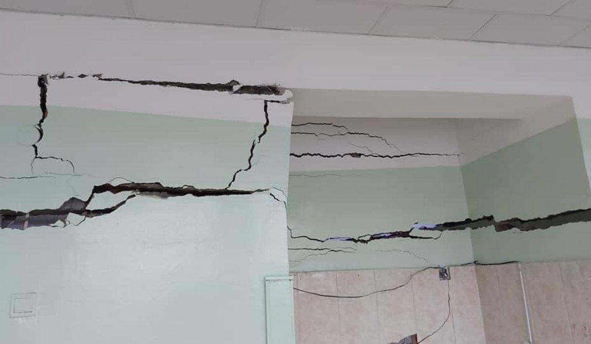 Орхон аймагт дөрвөн жилийн өмнө ашиглалтад орсон сургуулийн хана, шал цөмөрчээ